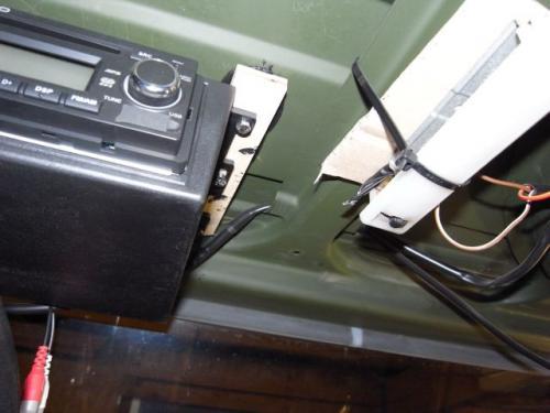 rudimentäre Radio Montage im Unimog